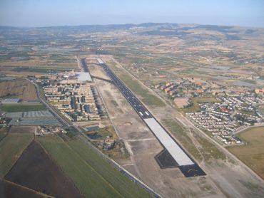 Invece di pensare alle rotte e al servizio cargo, inventano il Polo aerospaziale siciliano per l'ambiente