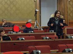 La consigliera Nicita porta le figlie in aula e solleva un caso