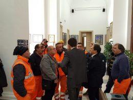 Operatori ecologici a palazzo dell'Aquila per protestare