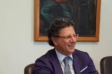 Il Commissario Ficarra in visita alla SUAP di Ragusa, un paziente gli regala un suo dipinto