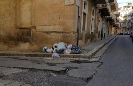 Al via la differenziata… a maggio 2018, intanto i rifiuti fanno bella mostra in centro storico