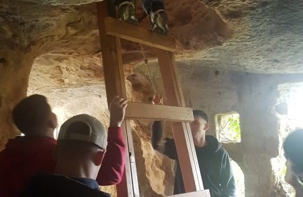 Marines di Sigonella donano una scala al Parco Archeologico di Cava d'Ispica