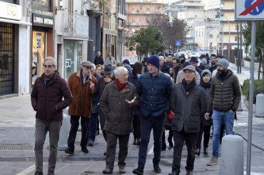 In pochi alla passeggiata per il centro storico, ma i partecipanti si ripromettono di insistere