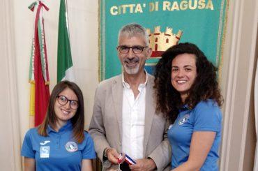 Il sindaco Peppe Cassì riceve al Comune le cestiste Paola Portelli e Simona Sorrentino
