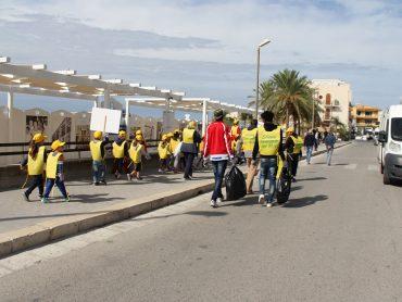 Il fiume giallo di Legambiente invade Marina di Ragusa per ripulirla dai rifiuti