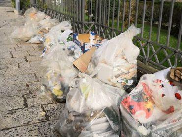 Un cumulo di rifiuti addossato, di domenica mattina, alla cancellata della Cattedrale