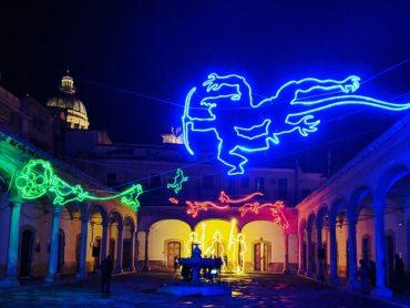 """Comiso, inaugurato """"Luce Finita"""", festival delle luminarie d'autore: le scene de """"Il Flauto Magico"""" nel cortile della Fondazione Bufalino"""