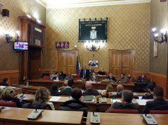 Seduta del Consiglio Comunale stantia e priva di interesse, resa ancor meno tollerabile dalle solite inutili strategie di qualche opposizione