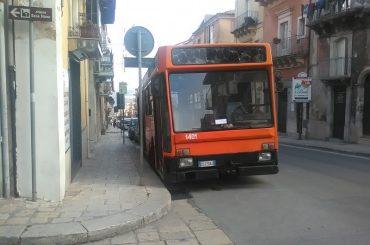 L'assessore alla mobilità a Bologna, per discutere di mobilità sostenibile, gli autobus urbani, a Ragusa, si guastano a due a due