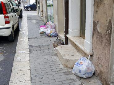 Per la feccia della città che abbandona i rifiuti in maniera incontrollata, il Comune è costretto a spendere oltre 90.000 euro per le telecamere di controllo