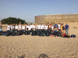 Volontari di Legambiente, Rinascita Verde e della Davines puliscono la spiaggia di Branco Piccolo