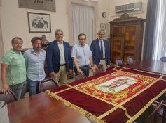 """L'Associazione """"San Giovanni Battista"""" dona al Comune un drappo con l'effige del Santo Patrono"""