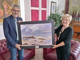 La pittrice ragusana Clara Calì dona una delle sue opere al Comune