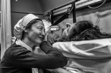 """""""Vivrò d'amore"""", gli scatti di un artista raccontano il pellegrinaggio a Lourdes"""