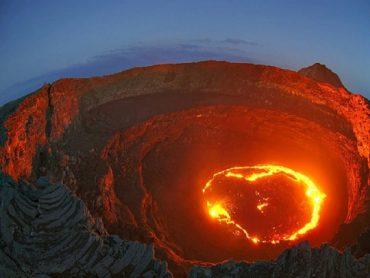 Camminiamo inutilmente sulla bocca di un vulcano