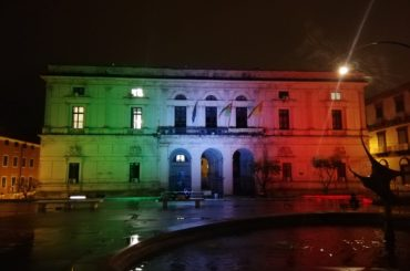 """Palazzo di Città illuminato con il tricolore : """"Ce la faremo"""""""