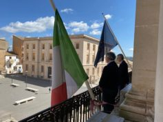 Bandiera a mezz'asta al Comune ed un minuto di silenzio per le vittime del coronavirus