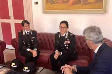 Il Sindaco Cassì saluta due Ufficiali dei Carabinieri che lasciano la città
