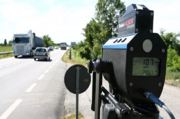 Controlli della velocità della Polizia Municipale con telelaser