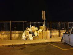 Cartone in quantità industriale abbandonato in pieno centro a Ragusa, sul ponte nuovo