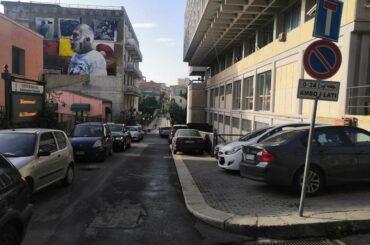 Caos e parcheggio selvaggio attorno al Tribunale, atti vandalici nei parcheggi pluripiano della SISOSTA