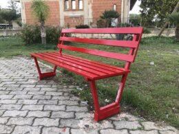 Il PD di Comiso dipinge di rosso una seconda panchina, nell'indifferenza dell'amministrazione  Schembari che non ha voluto ripristinare quella vandalizzata