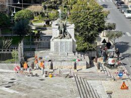 I volontari intervengono sul Monumento ai Caduti, il 'sistema' non piace a tutti