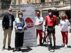 L'assessore allo Sport Eugenia Spata e il consigliere comunale Sergio Schininà hanno accolto a Ragusa la tappa del periplo in biciletta della Sicilia per la donazione degli organi
