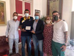 Il sindaco Cassì riceve al Comune il nuotatore Marco Paglia
