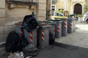 Ma che ci fanno i contenitori dei rifiuti lontani dalle attività alle quali appartengono?