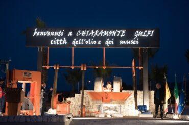 La secolare tradizione olearia di Chiaramonte Gulfi fissata con una installazione alla rotatoria della zona artigianale della città