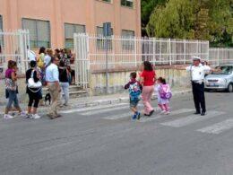 Vigili urbani e volontari in prossimità delle scuole primarie e secondarie di primo grado negli orari di inizio e fine lezioni